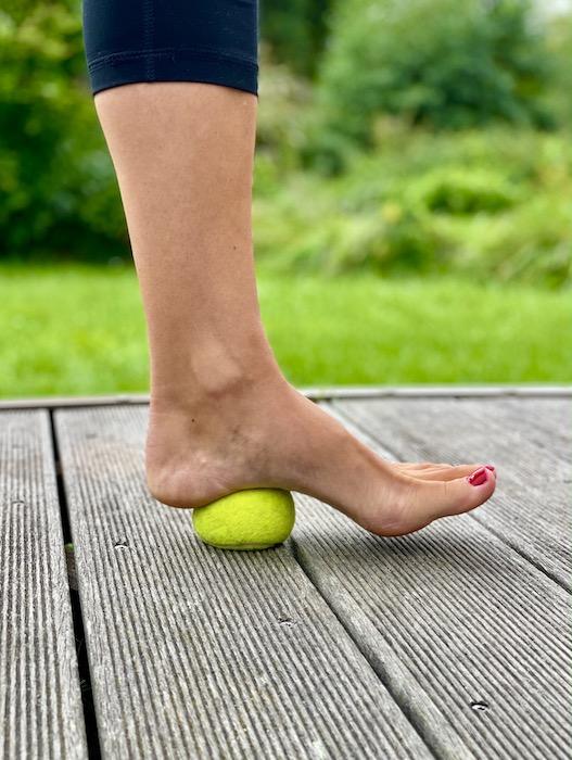 Bei Schmerzen an der Achillessehne hilft Dehnen mit Tennisball