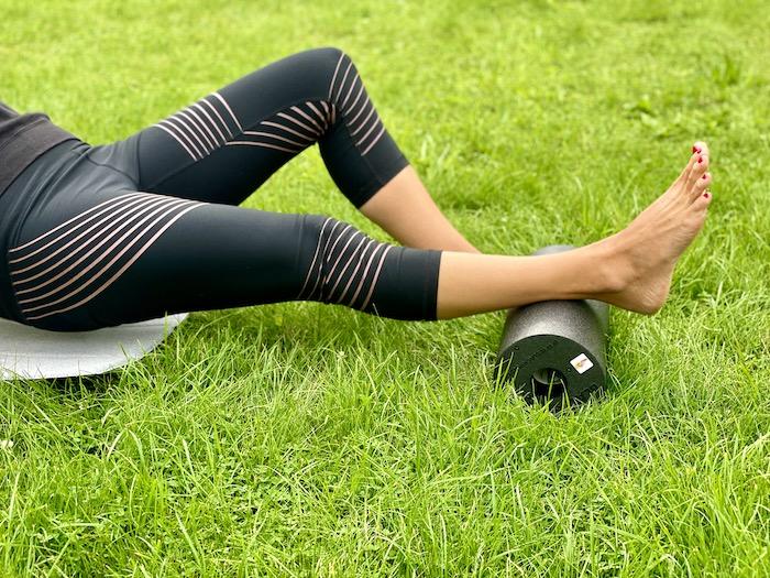 Achillessehne bei Schmerz hilft eine Faszienrolle