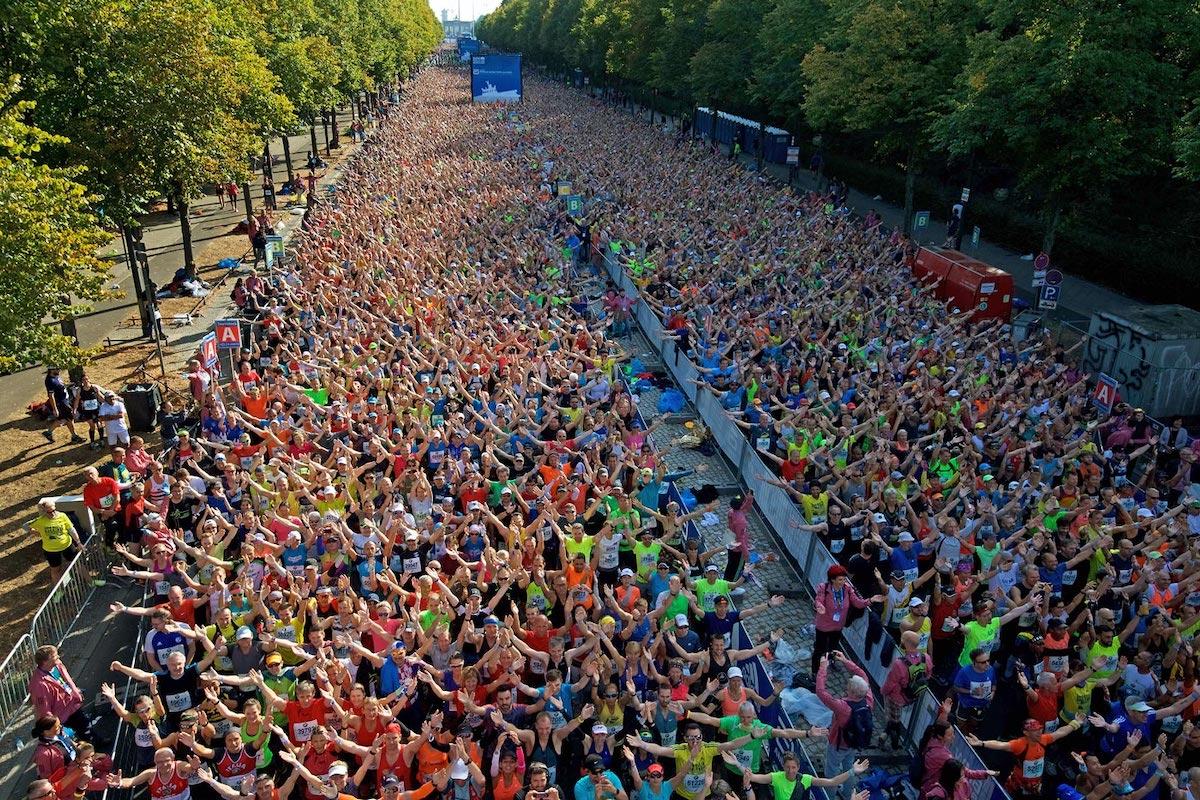 Menschenmenge beim Start Berlin Marathon in Berlin