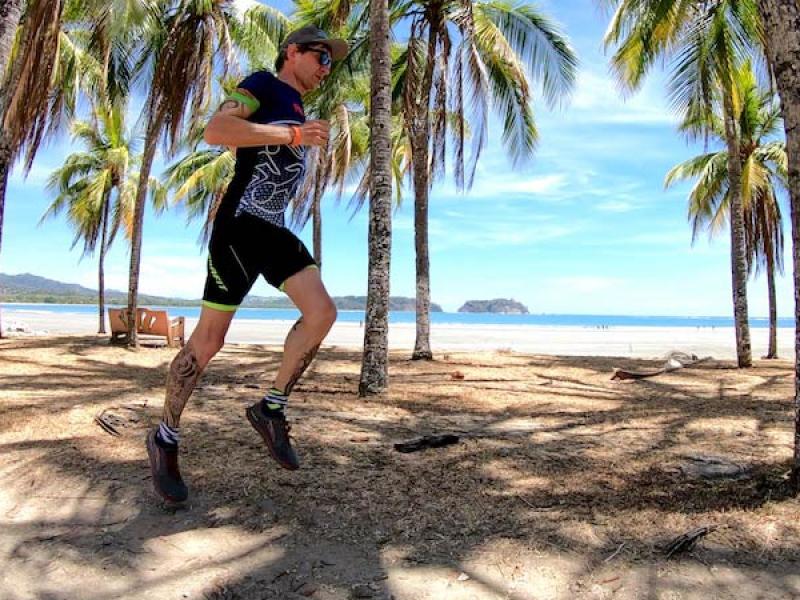 costa-rica-maik-becker-strandlauf-palmen-pazifikkueste