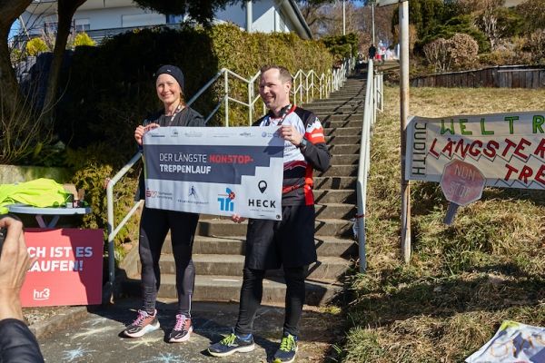 dirk-leonhardt-treppenlauf-rekord-urkunde-credit-jo-becker