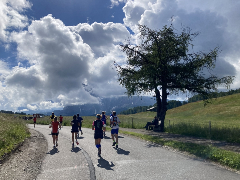 die ersten kilometer teer beim seiser alm halbmarathon