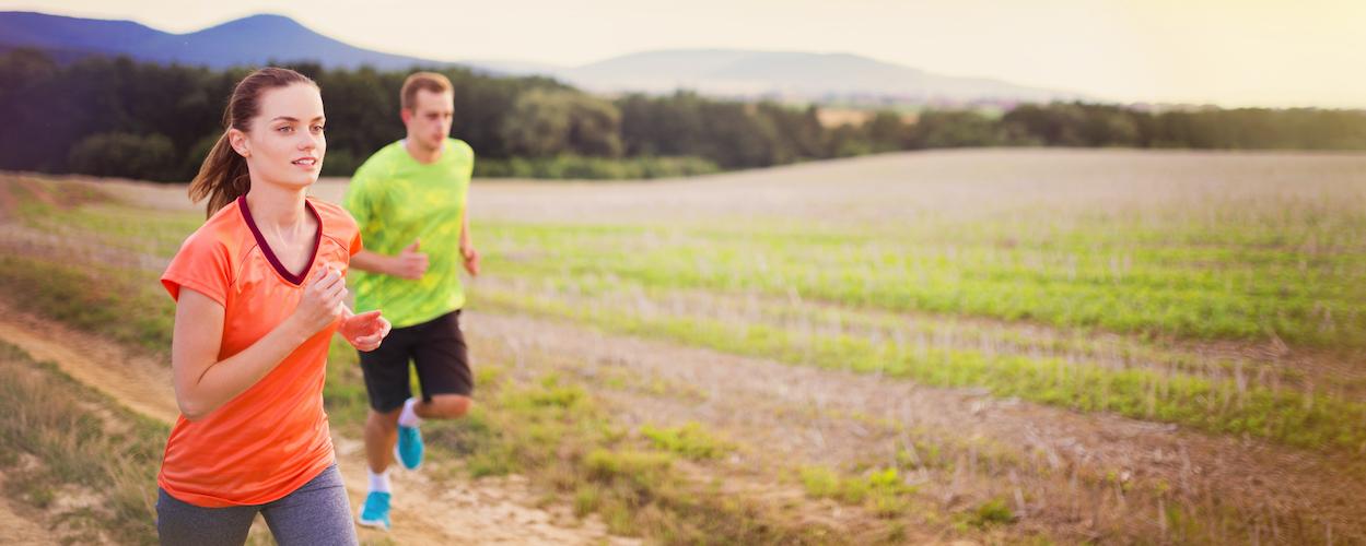 zwei personen beim trailrunning