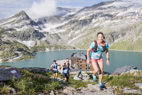 Berglaufen mit Trailläuferin im Vordergrund beim Großglockner Ultra Trail