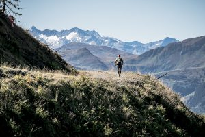 gewinnspiel gamstrail läufer mit bergpanorama