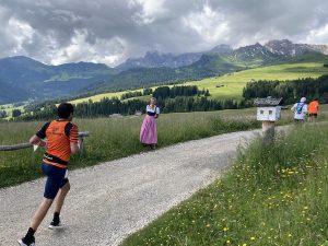 marathonläuferi und gastgeberin des jahres helga rauch feuert an