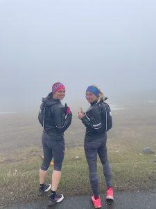 andrea und christina beim training im regen