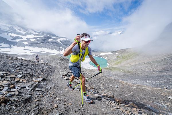 gipfelstürmer trailrunner erklimmt berg